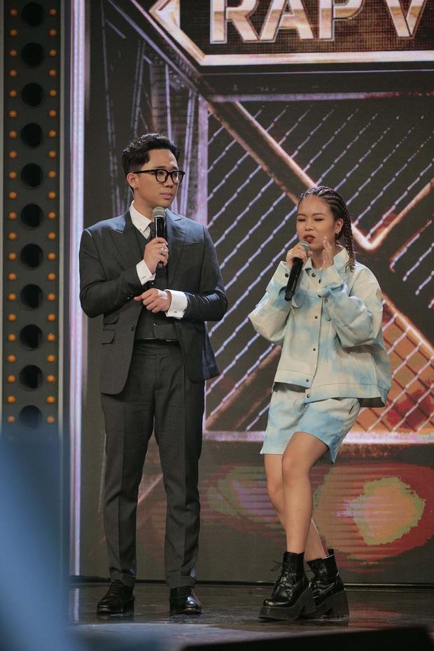 Dân tình xuýt xoa về nữ rapper đầu tiên tại Rap Việt: Dù là Tlinh hay Txinh thì màn trình diễn vẫn quá đỗi dễ thương! - Ảnh 1.