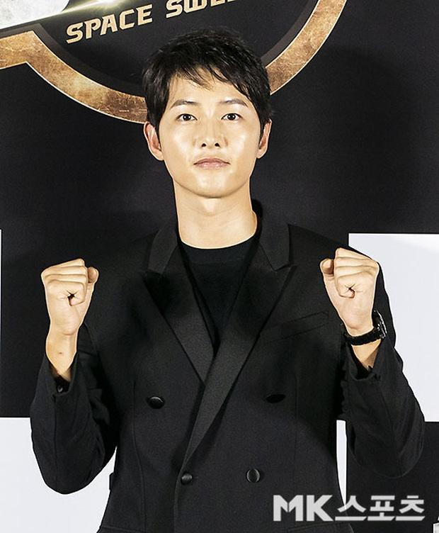 """Sự kiện bùng nổ sáng nay: Song Joong Ki lần đầu lộ diện tại Hàn sau tin đồn hẹn hò, visual nức nở bên """"bản sao Song Hye Kyo"""" - Ảnh 4."""