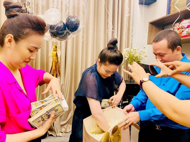 Nhật Kim Anh hé lộ chuyện đằng sau màn tặng nóng 2 tỷ đồng dưới dạng xấp tiền USD nhân ngày sinh nhật từ hội bạn - Ảnh 3.
