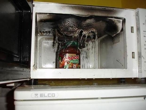 """Khi hội """"ngáo ngơ"""" tập tành dùng lò vi sóng: Đồ ăn không cháy đen thì cũng nổ tung toé, thôi lần sau xin đừng đụng vào! - Ảnh 35."""