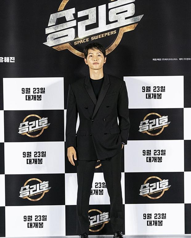 """Sự kiện bùng nổ sáng nay: Song Joong Ki lần đầu lộ diện tại Hàn sau tin đồn hẹn hò, visual nức nở bên """"bản sao Song Hye Kyo"""" - Ảnh 5."""