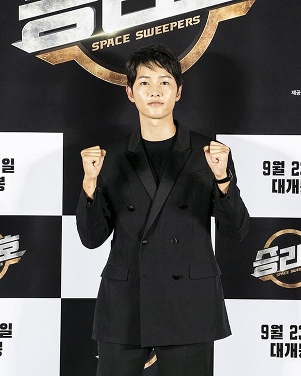 """Sự kiện bùng nổ sáng nay: Song Joong Ki lần đầu lộ diện tại Hàn sau tin đồn hẹn hò, visual nức nở bên """"bản sao Song Hye Kyo"""" - Ảnh 2."""