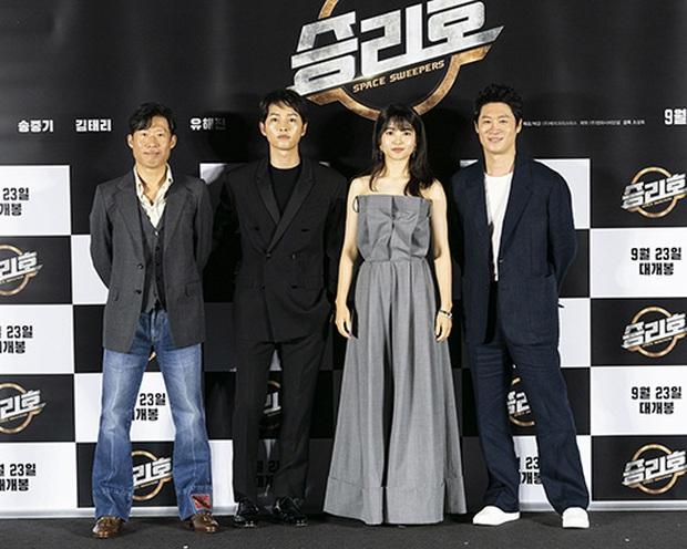 """Sự kiện bùng nổ sáng nay: Song Joong Ki lần đầu lộ diện tại Hàn sau tin đồn hẹn hò, visual nức nở bên """"bản sao Song Hye Kyo"""" - Ảnh 10."""