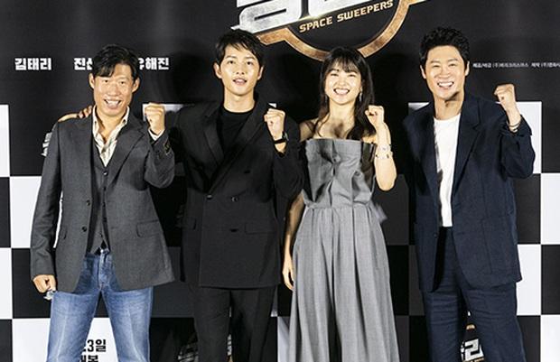 """Sự kiện bùng nổ sáng nay: Song Joong Ki lần đầu lộ diện tại Hàn sau tin đồn hẹn hò, visual nức nở bên """"bản sao Song Hye Kyo"""" - Ảnh 9."""