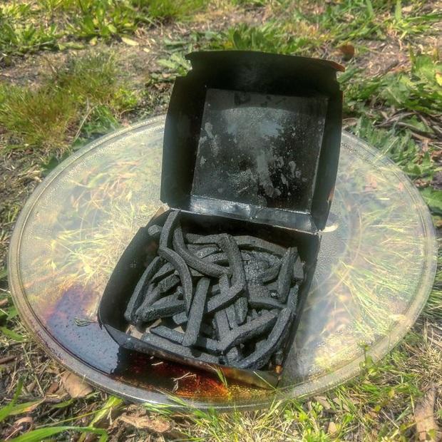 """Khi hội """"ngáo ngơ"""" tập tành dùng lò vi sóng: Đồ ăn không cháy đen thì cũng nổ tung toé, thôi lần sau xin đừng đụng vào! - Ảnh 5."""