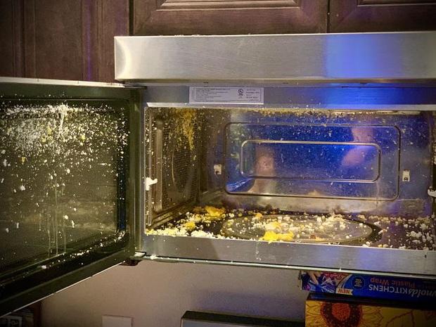 """Khi hội """"ngáo ngơ"""" tập tành dùng lò vi sóng: Đồ ăn không cháy đen thì cũng nổ tung toé, thôi lần sau xin đừng đụng vào! - Ảnh 15."""