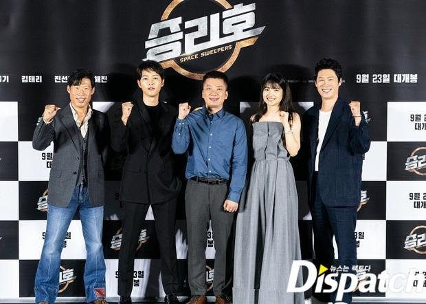 """Sự kiện bùng nổ sáng nay: Song Joong Ki lần đầu lộ diện tại Hàn sau tin đồn hẹn hò, visual nức nở bên """"bản sao Song Hye Kyo"""" - Ảnh 12."""