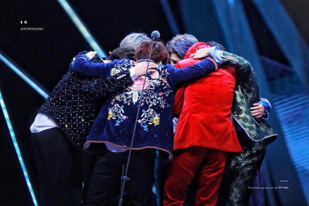 5 khoảnh khắc đau lòng ở lễ trao giải Kpop: BTS bật khóc khi tiết lộ suýt tan rã, SEVENTEEN là tân binh mà nhận biển đen im lặng giống SNSD - Ảnh 11.