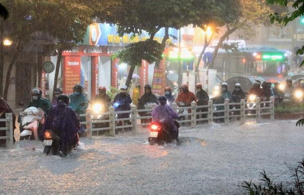 Bão số 4 giật cấp 10 trên Biển Đông, miền Bắc mưa lớn tầm tã, nhiều nơi nguy cơ ngập - Ảnh 2.