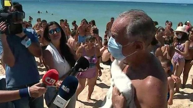 Tổng thống Bồ Đào Nha lao ra biển cứu 2 phụ nữ chới với  - Ảnh 2.