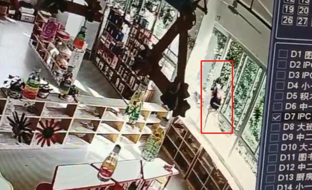 Mẹ được báo con về trễ 30 phút, khi xem lại camera giám sát thì không thể tin vào mắt mình vì hành động vô tâm của cô giáo - Ảnh 2.