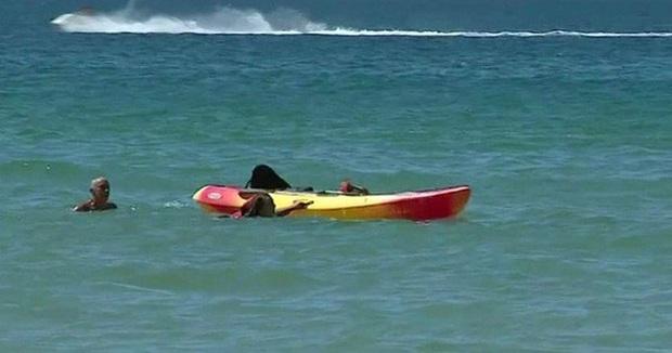 Tổng thống Bồ Đào Nha lao ra biển cứu 2 phụ nữ chới với  - Ảnh 1.