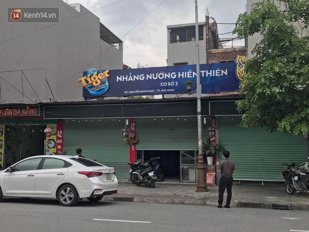 Bắc Ninh: Khởi tố, bắt tạm giam chủ quán bắt cô gái quỳ gối vì bóc phốt đồ ăn có sán - Ảnh 2.