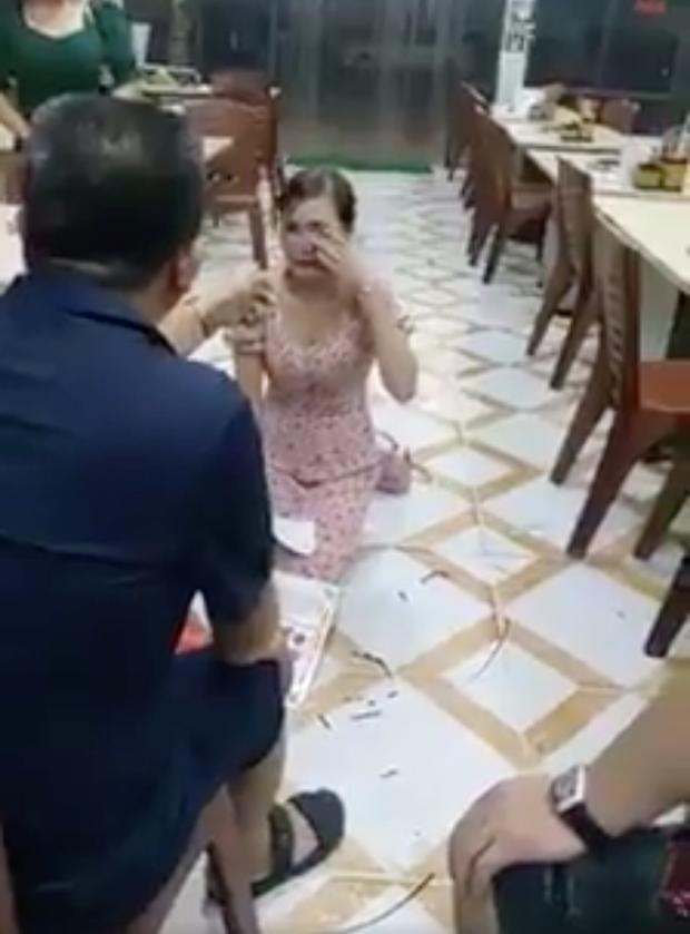 Cô gái bị bắt quỳ gối trong quán nướng phải nhập viện vì quá sợ hãi - Ảnh 2.