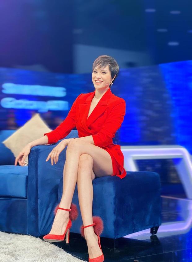 Sao hớ hênh trên sóng truyền hình: Từ Mai Phương Thúy đến Phạm Quỳnh Anh đều ngượng chín mặt vì váy áo phản chủ - Ảnh 1.