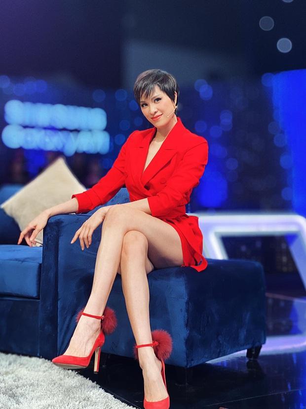 Sao hớ hênh trên sóng truyền hình: Từ Mai Phương Thúy đến Phạm Quỳnh Anh đều ngượng chín mặt vì váy áo phản chủ - Ảnh 2.