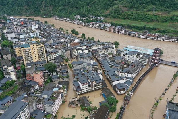 Sông Dương Tử chìm trong nước lũ, Trung Quốc kích hoạt báo động chưa từng có - Ảnh 1.