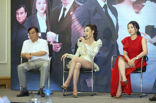 Sao hớ hênh trên sóng truyền hình: Từ Mai Phương Thúy đến Phạm Quỳnh Anh đều ngượng chín mặt vì váy áo phản chủ - Ảnh 12.