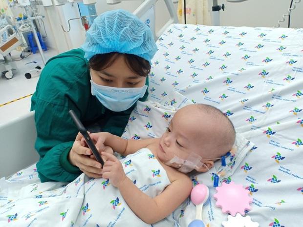 Ảnh: Hai chị em Trúc Nhi - Diệu Nhi tươi cười xem điện thoại, cầm bình sữa uống sạch sau 18 ngày phẫu thuật - Ảnh 3.