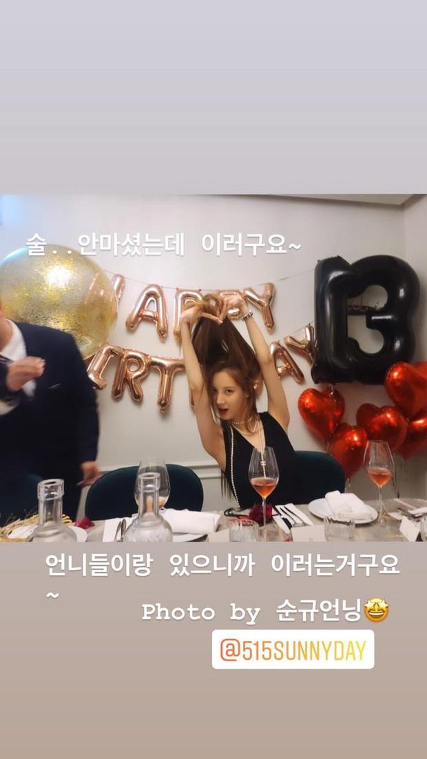 SNSD diện đồ nhóm rộn ràng dự tiệc sinh nhật Tiffany, dân tình phát sốt vì màn khoe vòng 1 cực nóng của Sooyoung - Ảnh 8.