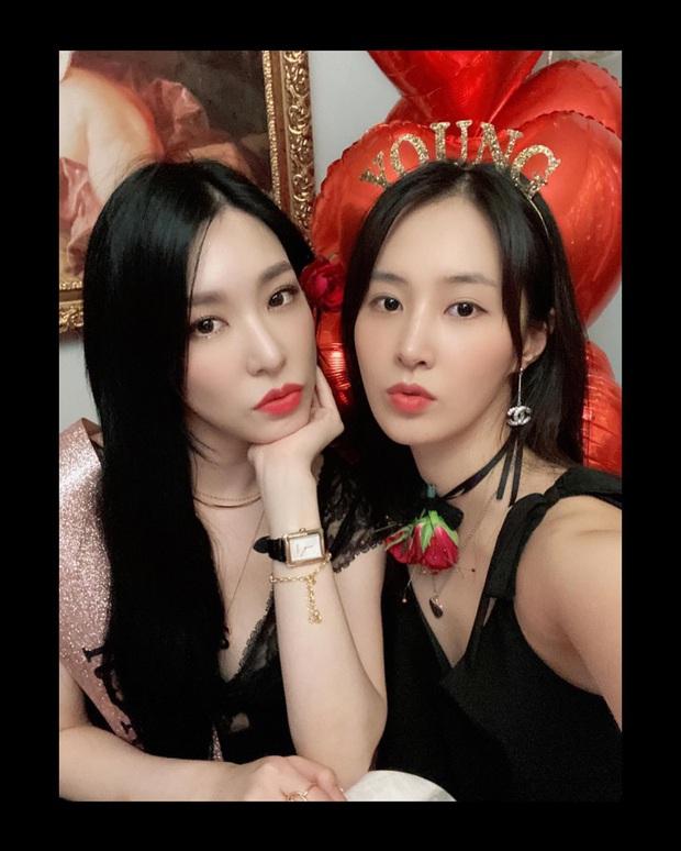 SNSD diện đồ nhóm rộn ràng dự tiệc sinh nhật Tiffany, dân tình phát sốt vì màn khoe vòng 1 cực nóng của Sooyoung - Ảnh 7.