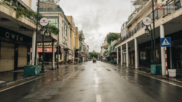 Phố đi bộ Hà Nội vắng tanh ngày cuối tuần trước thời tiết âm u  - Ảnh 1.