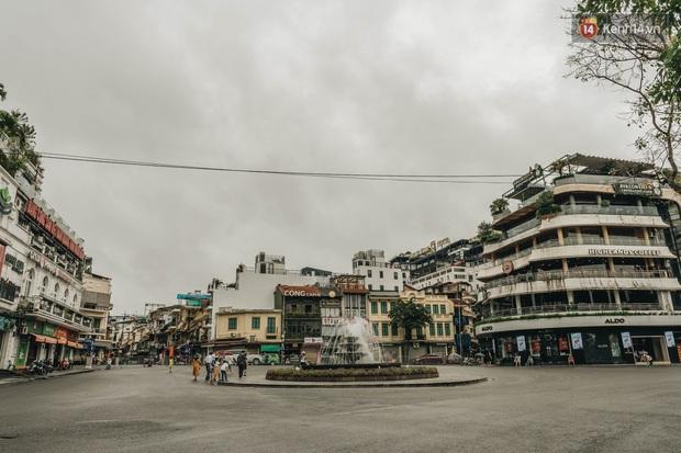 Phố đi bộ Hà Nội vắng tanh ngày cuối tuần trước thời tiết âm u  - Ảnh 3.