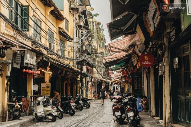Phố đi bộ Hà Nội vắng tanh ngày cuối tuần trước thời tiết âm u  - Ảnh 11.
