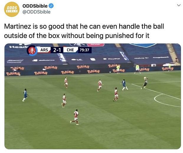 Tình huống gây tranh cãi ở chung kết FA Cup: Thủ môn Arsenal dùng tay ngoài vòng cấm nhưng vẫn đúng luật, theo VAR - Ảnh 2.