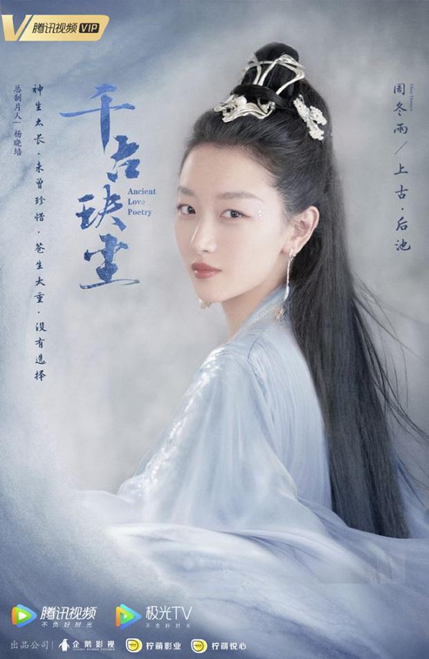 Phim mới của ảnh hậu Châu Đông Vũ tung poster, netizen la ó: Hứa Khải còn xinh hơn cả nữ chính vậy? - Ảnh 1.