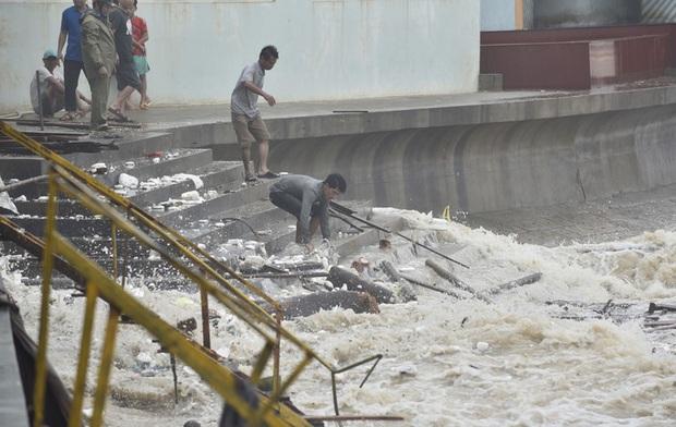 Bất chấp bão số 2 đang đổ bộ, người lớn vẫn đưa con nhỏ ra biển chơi  - Ảnh 3.