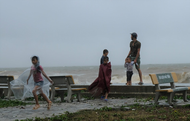 Bất chấp bão số 2 đang đổ bộ, người lớn vẫn đưa con nhỏ ra biển chơi  - Ảnh 4.