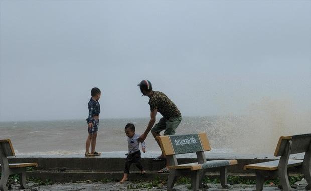 Bất chấp bão số 2 đang đổ bộ, người lớn vẫn đưa con nhỏ ra biển chơi  - Ảnh 5.