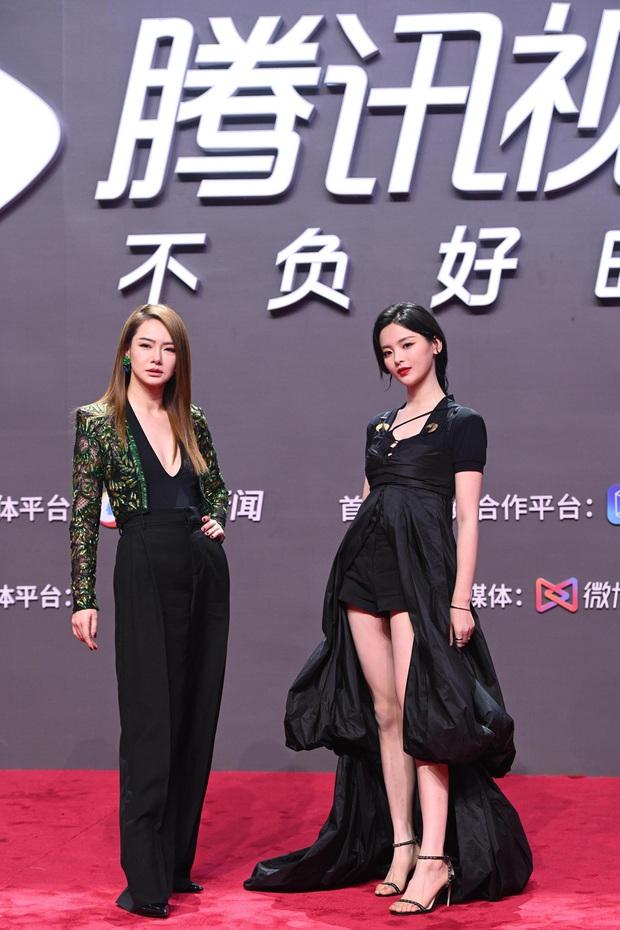 Tam ca 30 Chưa Phải Là Hết mặc xấu phá đảo thảm đỏ Tencent, các chị lại đắc tội để stylist phải dỗi hay gì? - Ảnh 7.