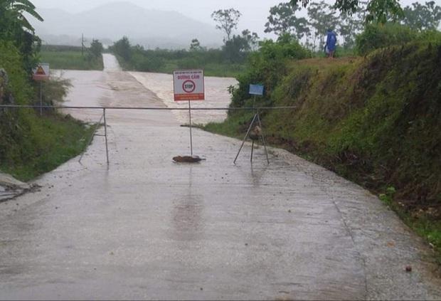 Bão số 2 gây mưa lớn ngập úng nghiêm trọng ở Nghệ An, nhiều địa phương bị chia cắt - Ảnh 2.