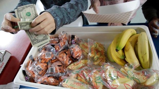 Ngày làm giáo viên, tối về livestream chơi game để quyên tiền mua bữa trưa cho học sinh - Ảnh 3.