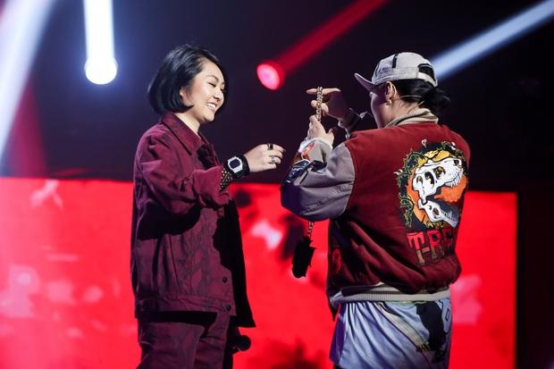 King Of Rap: Á hậu Kiều Loan diện đầm đuôi cá lộng lẫy bắn rap về chân dài não ngắn - Ảnh 9.