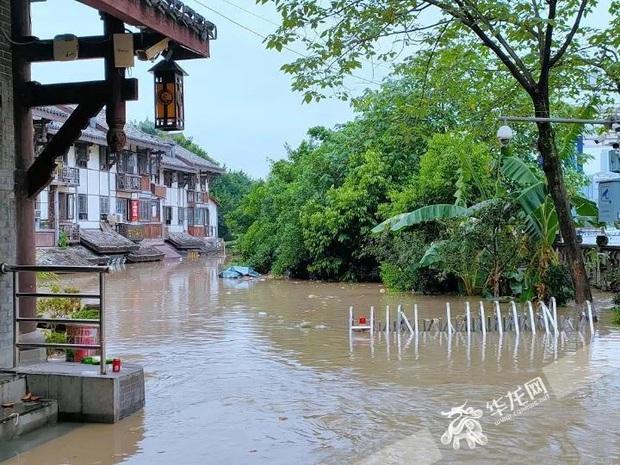 Thành phố nổi tiếng TQ chống chọi đợt lũ lịch sử, nhiều điểm du lịch nổi tiếng chìm trong biển nước, gấp rút sơ tán hơn 20.000 người - Ảnh 7.
