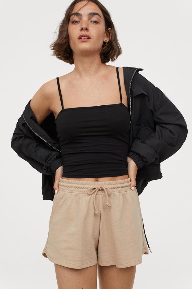 Bí kíp ăn diện của Lisa: Chăm phối áo quây màu đen với đồ bánh bèo - ngỡ lạc quẻ mà hóa ra lại đẹp mê - Ảnh 12.