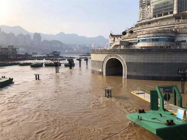Thành phố nổi tiếng TQ chống chọi đợt lũ lịch sử, nhiều điểm du lịch nổi tiếng chìm trong biển nước, gấp rút sơ tán hơn 20.000 người - Ảnh 8.