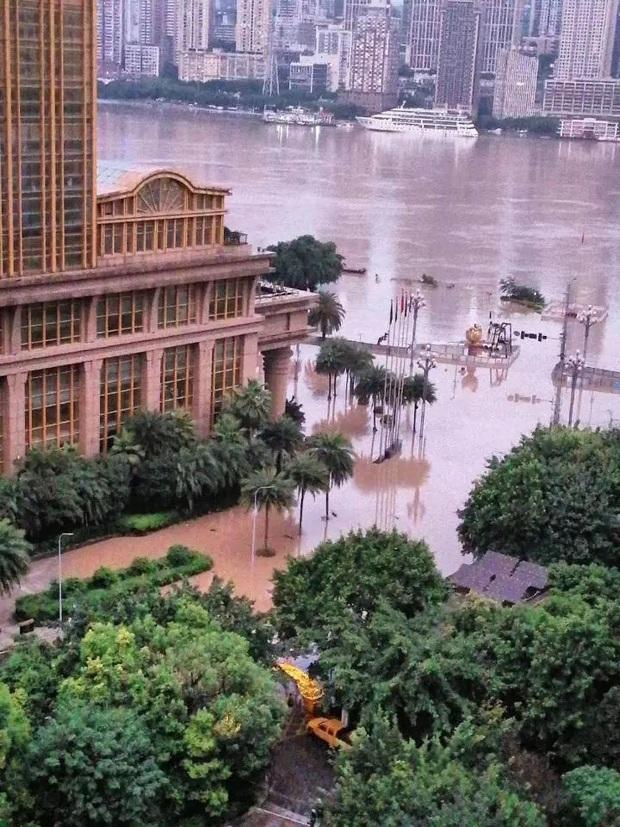 Thành phố nổi tiếng TQ chống chọi đợt lũ lịch sử, nhiều điểm du lịch nổi tiếng chìm trong biển nước, gấp rút sơ tán hơn 20.000 người - Ảnh 6.