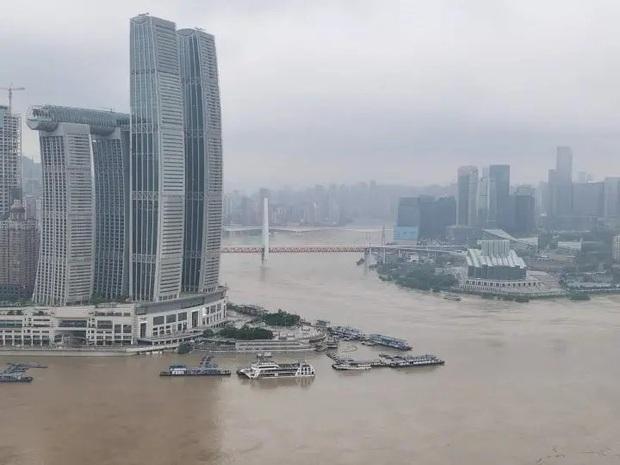 Thành phố nổi tiếng TQ chống chọi đợt lũ lịch sử, nhiều điểm du lịch nổi tiếng chìm trong biển nước, gấp rút sơ tán hơn 20.000 người - Ảnh 5.