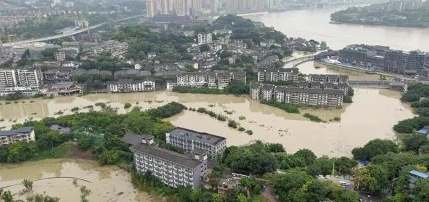 Thành phố nổi tiếng TQ chống chọi đợt lũ lịch sử, nhiều điểm du lịch nổi tiếng chìm trong biển nước, gấp rút sơ tán hơn 20.000 người - Ảnh 4.