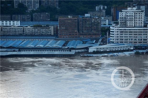 Thành phố nổi tiếng TQ chống chọi đợt lũ lịch sử, nhiều điểm du lịch nổi tiếng chìm trong biển nước, gấp rút sơ tán hơn 20.000 người - Ảnh 9.