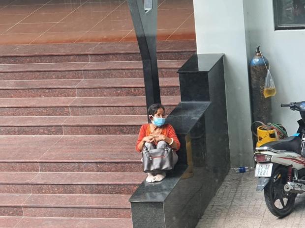 Hình ảnh người bà ngồi nép mình trước cổng trường chờ cháu làm thủ tục nhập học: Từ mai ở nhà, bà biết ngóng ai đi học về nữa? - Ảnh 2.