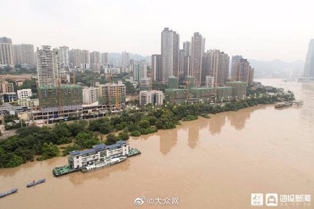 Thành phố nổi tiếng TQ chống chọi đợt lũ lịch sử, nhiều điểm du lịch nổi tiếng chìm trong biển nước, gấp rút sơ tán hơn 20.000 người - Ảnh 2.