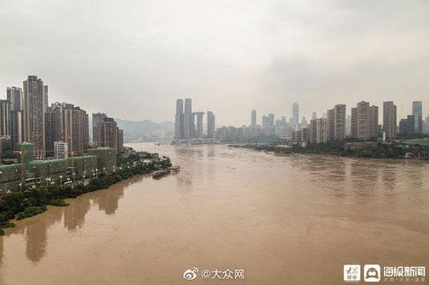 Thành phố nổi tiếng TQ chống chọi đợt lũ lịch sử, nhiều điểm du lịch nổi tiếng chìm trong biển nước, gấp rút sơ tán hơn 20.000 người - Ảnh 3.