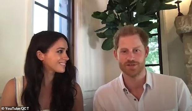 Cùng chồng tham gia cuộc họp, Meghan Markle bất ngờ phát ngôn gây tranh cãi về Nữ hoàng Anh, Harry chỉ ngồi im khiến dư luận dậy sóng - Ảnh 2.