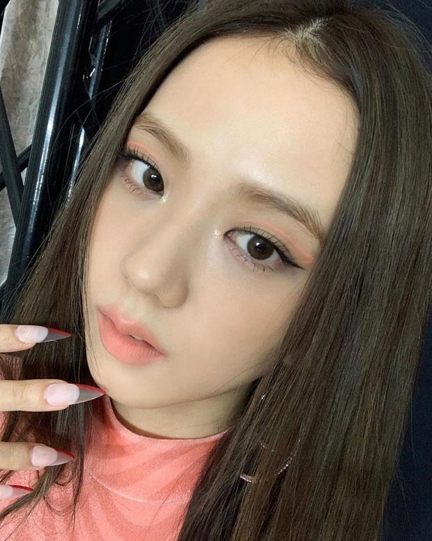 Jisoo rất hay đánh son lem nhem, tưởng lỗi nhưng lại là độc chiêu giúp cô chuyển style sexy thành công - Ảnh 3.