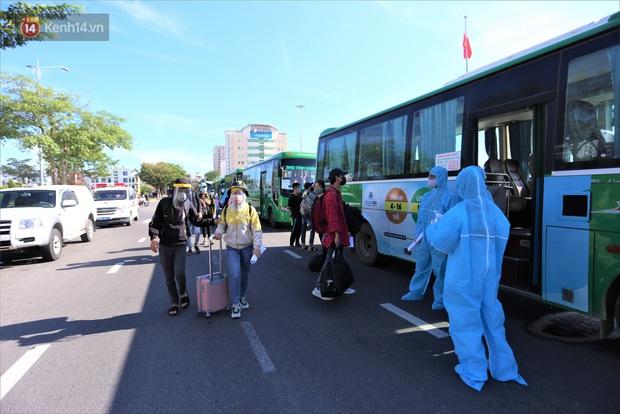 Hơn 700 công nhân, sinh viên Quảng Ngãi được đưa khỏi tâm dịch Đà Nẵng: Chúng tôi rất mừng vì được về quê - Ảnh 2.